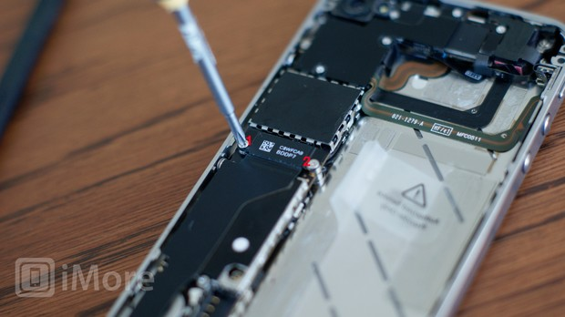 Removing dock connector screw in iPhone 4S