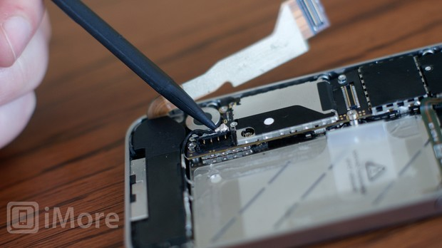 Prying up cellular antenna in iPhone 4S