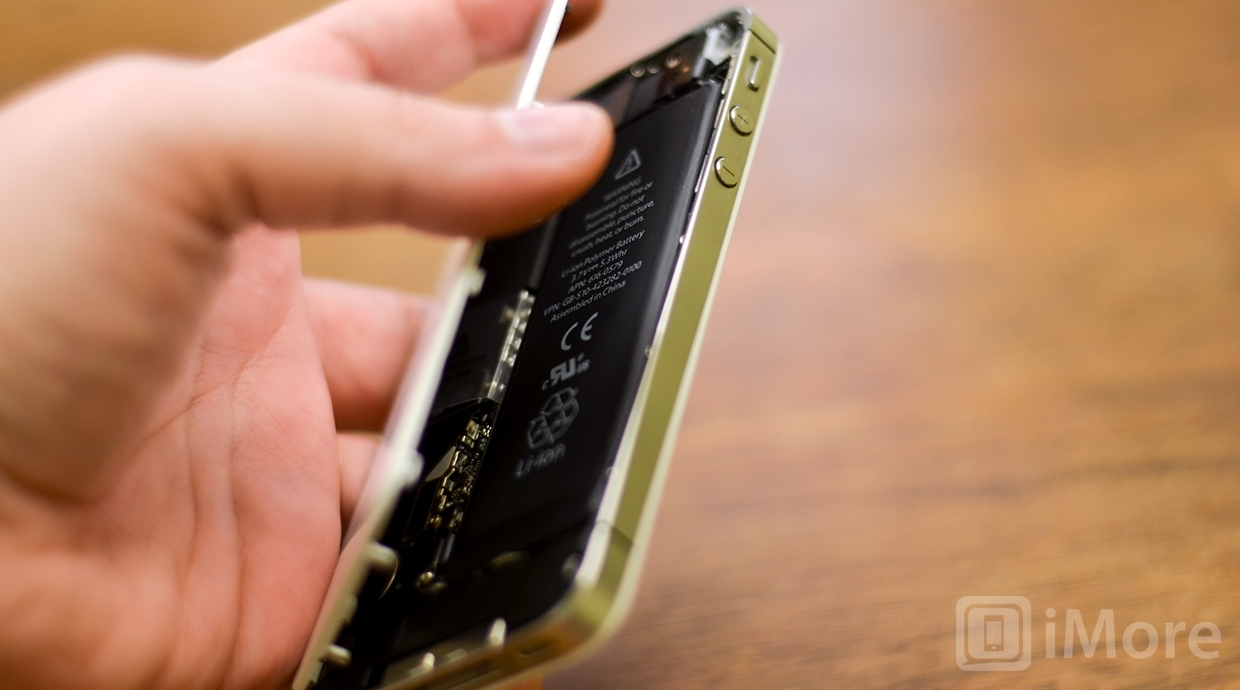 Lifting up the battery case in iPhone 4S