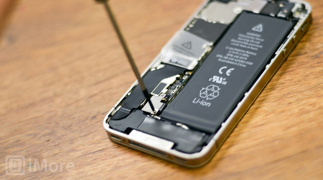 Removing battery screws in iPhone 4S