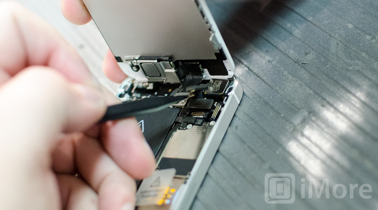 Removing cables in iPhone 5